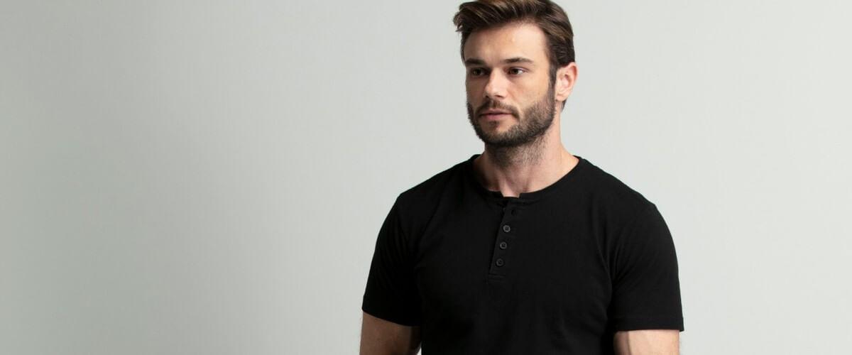 camiseta henley estilo