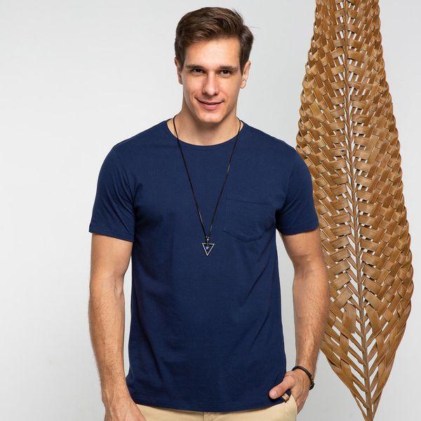 camiseta-gola-careca-com-bolso-azul-marinho