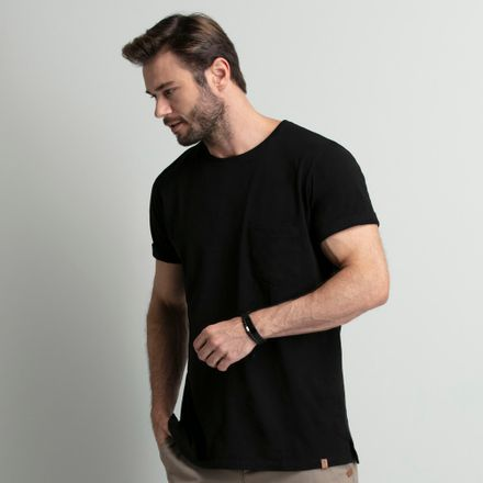 camiseta-masculina-preta-com-bolso-key-design